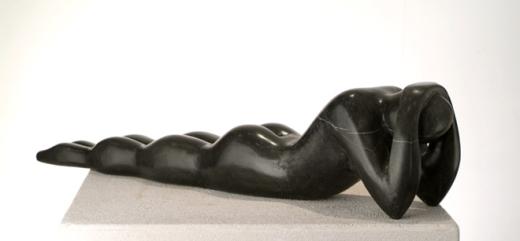 Mujer_tumbada_negra