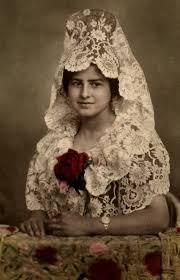 mujer con mantilla blanca